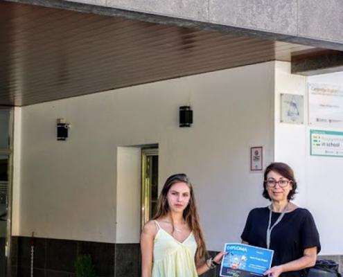 Entrega del premio a la ganadora del II Concurso Literario Bilingüe Atalaya